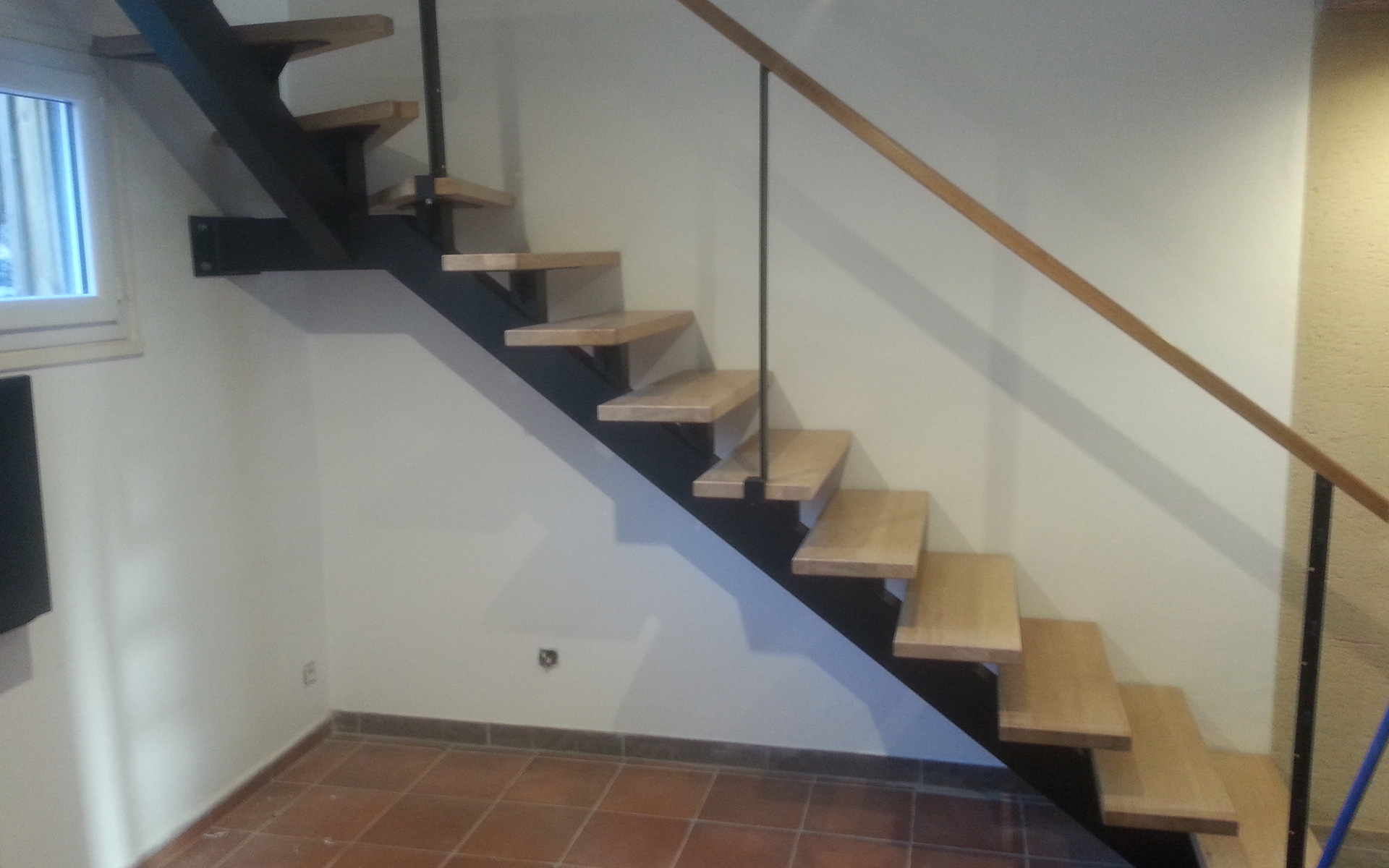 escalier-bois-metal-limon-central-pose-maison-particuliers-menuiserie-josselin-pleslin-trigavou-dinan-dinard-saint-malo